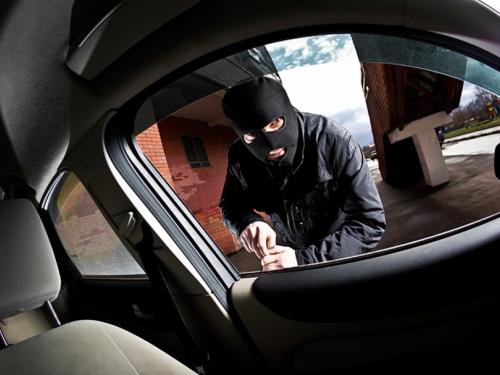 Ukrao električni automobil, ali ga nije znao pokrenuti