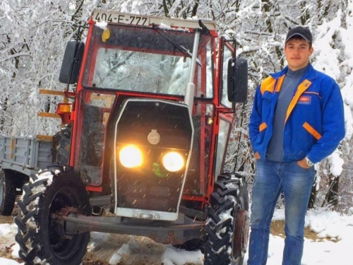 Traktor vozi od devete godine, ima svoju farmu, a radnike plaća 500 eura