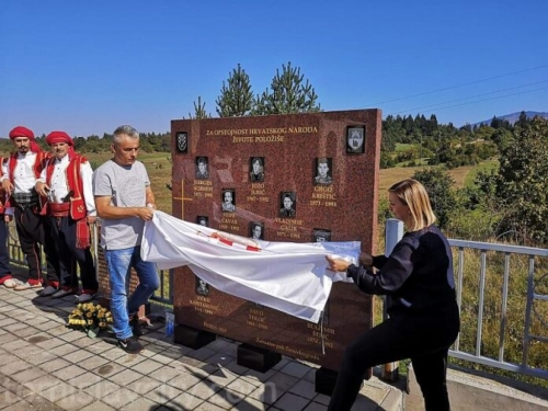 Pidriš: Otkrivena spomen-ploča u čast 13-orice hrvatskih branitelja iz Tomislavgrada