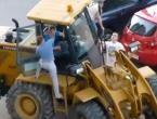 Pijani Rus bagerom pokupio sedam vozila
