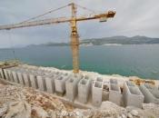 Prvi strojevi stigli na gradilištu za Pelješki most, prvi radovi očekuju se u rujnu