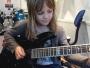 8-godišnja djevojčica 'rastura' gitaru
