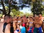 Harmonikaš iz Bosne napravio pravi show na plaži