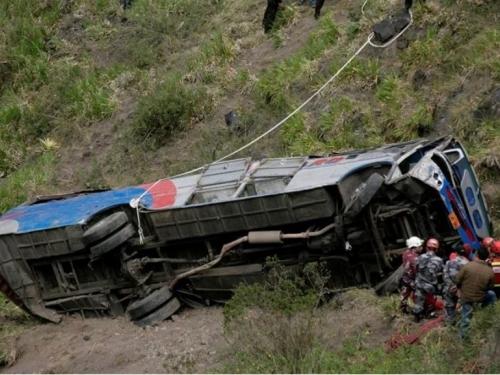 Dvanaestero mrtvih u nesreći autobusa koji je prevozio navijače u Ekvadoru