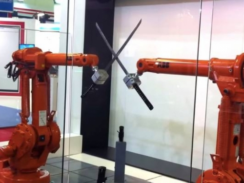VIDEO: Pogledajte borbu dva robota naoružana katanama
