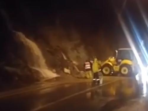 Vozači oprez: Velike količine vode nanose kamenje na cestu