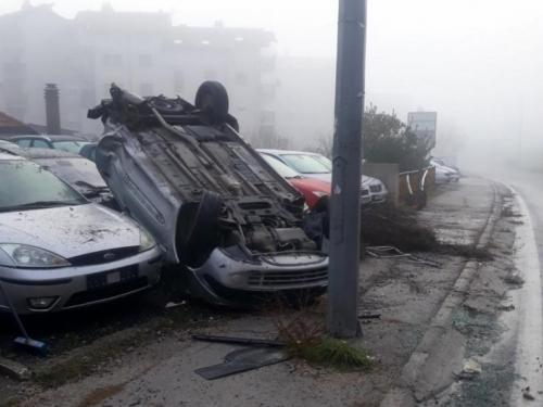 Mostar: Prevrnuo auto na krov i oštetio još četiri automobila