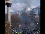 Kaos na ulicama Pariza, jedan od prosvjednika ostao bez ruke