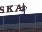 Migrant se popeo na krov trgovine i prijetio da će skočiti