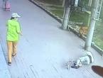 Bizarna snimka iz Kine: Mačka pala na glavu starcu i onesvijestila ga