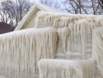 Nevjerojatan prizor: Kuća na obali jezera Ontario u potpunosti zaleđena