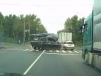 Samo u Rusiji: Vojno oklopno vozilo BMD-3 udarilo ravno u Škodu Yeti