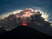 Vulkan na Baliju izbacivao lavu i pepeo, ljudi pobjegli