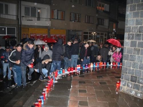 FOTO: U Prozoru zapaljene svijeće za tragično preminulog generala Slobodana Praljka