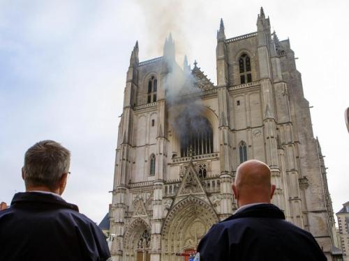 Migrant iz Ruande osumnjičen za požar u katedrali u Francuskoj