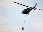 Helikopter pomaže u gašenju požara u Kupresu