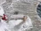 VIDEO  Otišli u šetnju po rivi, pa ih potpuno prekrio val