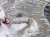 VIDEO| Otišli u šetnju po rivi, pa ih potpuno prekrio val
