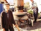 Ćoro i u 87. godini života neumorno peče rakiju na svom 'veselom stroju'