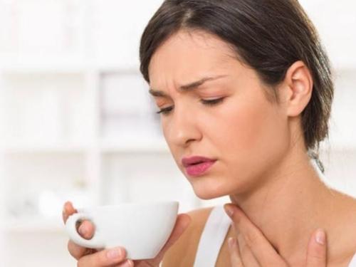 Je li grlobolja jedan od simptoma bolesti COVID-19?