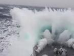 Pogledajte kako je ogromni val poklopio brod