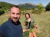 VIDEO: Valentina cijepa drva, šaluje, zida i bavi se poljoprivredom