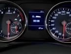 Što pokazuje strelica pored oznake za gorivo u automobilu?
