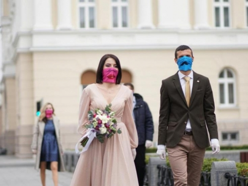 """Mladenci iz BiH uz prigodne maske izgovorili """"Da"""""""