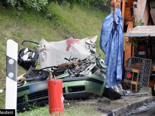 U stravičnoj prometnoj nesreći poginula mlada peteročlana obitelj