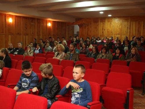 FOTO: Na Šćitu održana promocija filma ''Oteto djetinjstvo'' don Pave Crnjca