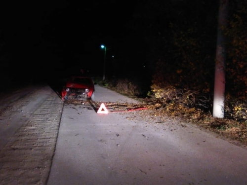 Golfom udario u drvo, dvije osobe ozlijeđene