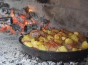 Jedemo masni pečeni krumpir, svinjetinu i velike količine kruha