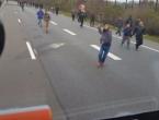 VIDEO: Kamionom pokušao pregaziti migrante, gađali ga cipelama