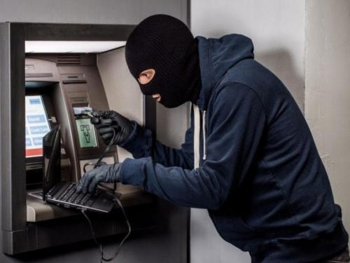 Lopov laptopom 'natjerao' bankomat da počne isplaćivati novac pa pobjegao