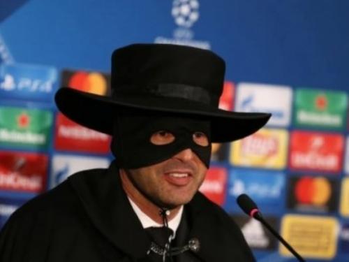 Shakhtarov trener na konferenciju za novinare došao kao Zorro