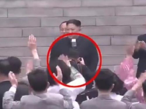 Osobni fotograf Kim Jong-Una dobio otkaz jer je blokirao pogled na njega