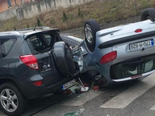 Teška prometna u Konjicu: Automobil završio na krovu