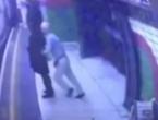 Umirovljenik gurnuo ženu koja je nosila hidžab na nadolazeći vlak