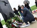 Vučićev izaslanik kleknuo pred spomenikom u Ovčari