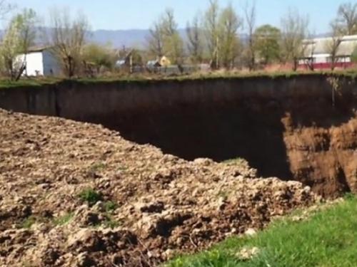 Ukrajina: Otvorila se rupa u zemlji široka 100 metara