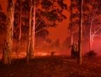 Pakao u Australiji: Turistički gradić opkoljen vatrom, ljudi bježe u more