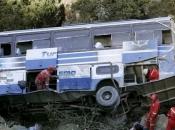 Autobus se survao u provaliju, najmanje 34 osobe su poginule