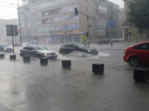 Kolovoz mokar i klizav, pojačana frekvencija vozila na cestama u cijeloj zemlji