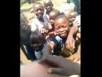 Pogledajte reakcije: Mali Kongoanci prvi put vidjeli bijelca
