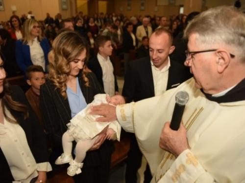 U Posušju na zajedničkome krštenju čak 13 djece