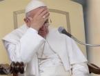Papa Franjo se spotaknuo i pao na stepenicama