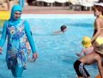 Zbog plivanja u burkiniju platila masnu kaznu i zabranjeno joj kupanje u bazenu