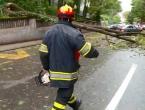 U Hrvatskoj vjetar nosi krovove, ruši drveće