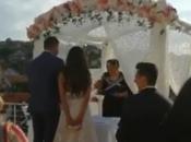 """Mladoženja na vjenčanju """"kupio"""" mladino """"da"""" i nasmijao svatove"""