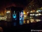 Mostar| Spomenik hrvatskim braniteljima osvijetljen fotografijom Slobodana Praljka